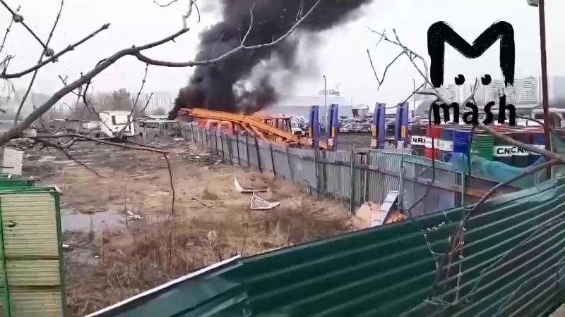 В Москве рядом с МКАДом разом сгорели 9 машин. Известно, что рядом со стоянкой местные жгли траву