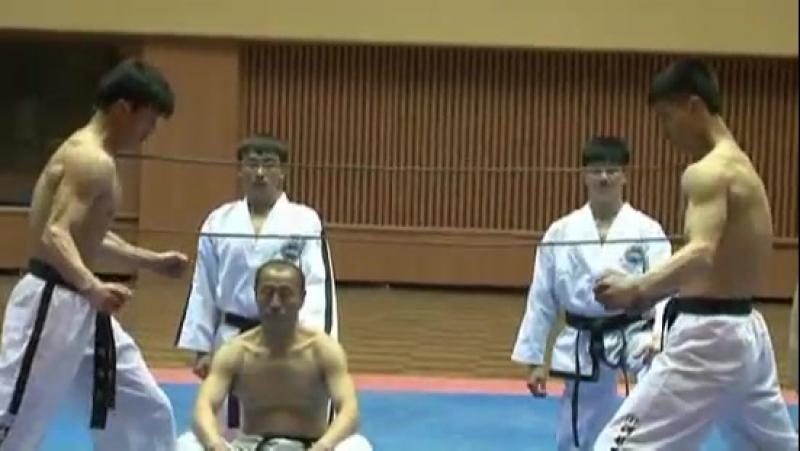 Серьезные корейцы Демонстрация навыков тхэквондо