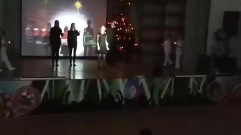 Дочь в массовке, слева (в красном)