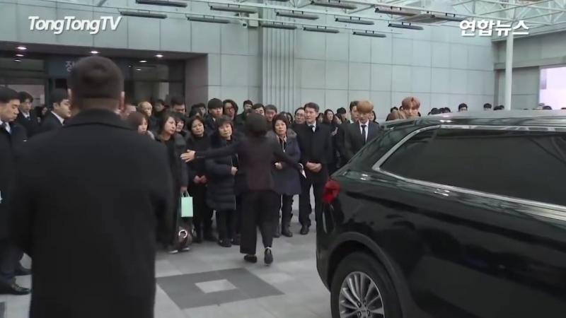 Похороны Джонгхёна.В последний раз 5 участников Shinee были вместе😔