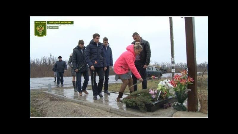 Возложение цветов к памятному кресту на месте гибели российских журналистов