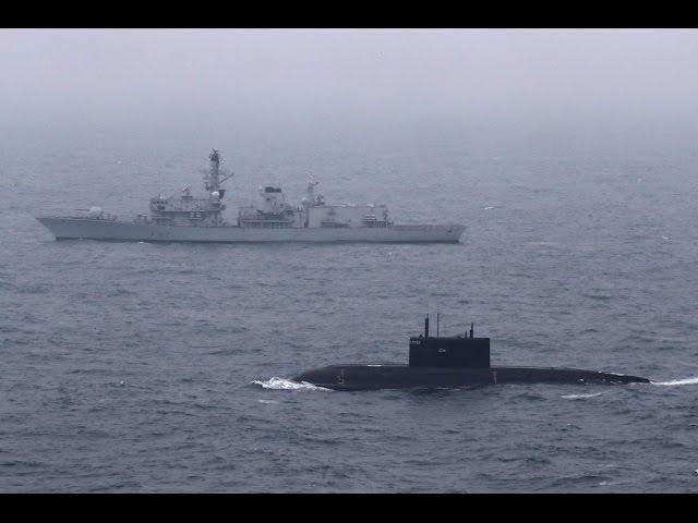 HMS Somerset F82 сопровождает российскую подводную лодку «Краснодар» в проливе Ла-Манш. 5 мая 2017