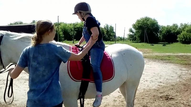 Левша даже с лошади слезает с другой стороны