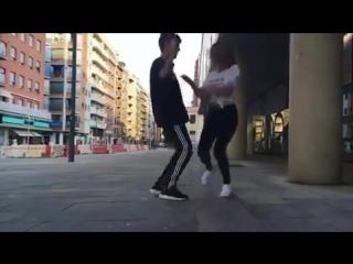 Парень и девушка танцуют шафл...