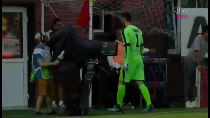 1xСтавка Румынский вратарь проделал долгий путь до мяча