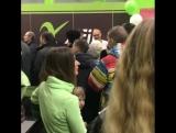 Толпа клиентов на открытии фитнес-клуба X-Fit