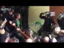 Свободное воленеизъявление демократии: Как полиция жестоко вышвыривает людей с избирательных участков в Каталонии