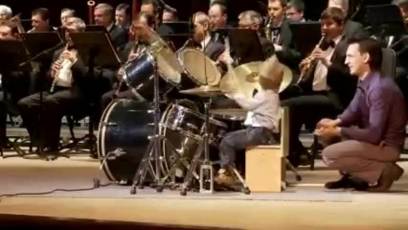 Un băieţel de 3 ani adus pe scenă pentru a interpreta împreună cu orchestra – ui