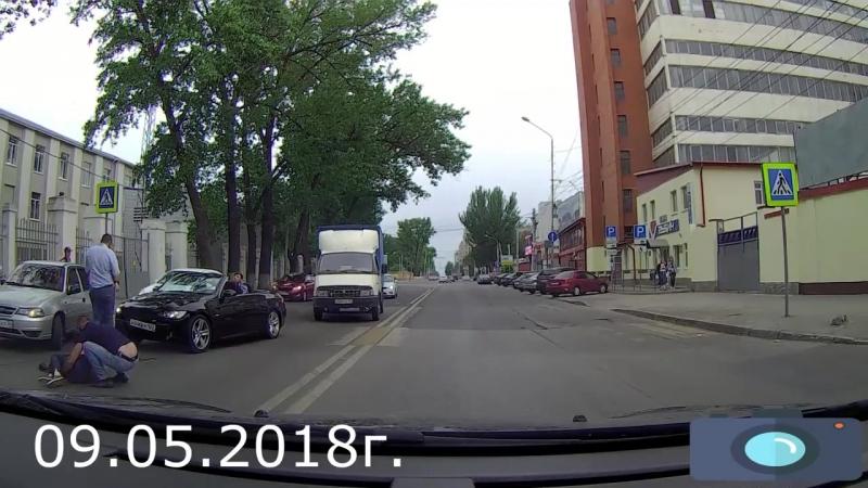 Водитель БМВ сбил девушку на переходном переходе. Ростов. 9 мая.