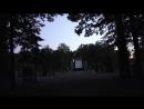 Петергоф Нижний парк Стемнело иду к выходу мимо памятника Петру I и Шахматного каскада