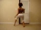 Девочка очень круто танцует в белых штанах))