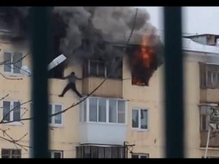 Человек вылез из окна. Пожар в Каменске-Уральском