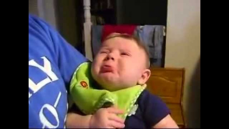 Малыш плачет, когда папа поет Baby cries when dad sings