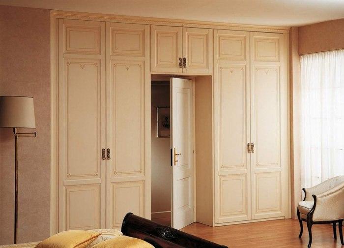 Идеи планировки шкафа возле дверного проема
