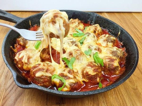 Überbackene Hackbällchen mit Tomatensauce und Käse Meatballs Köfte