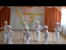 Дети танцуют танец джентльменов