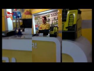 Покупатели сняли на видео неадекватного и агрессивного продавца салона сотовой связи в Балакове
