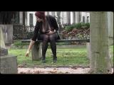 Эксгибиционистка показывает большие сиськи на кладбище
