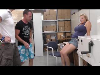Молодые парни трахают зрелую немку на работе, МЖМ milk saggy tits busty mature german mom orgy (Инцест со зрелыми мамочками 18+)