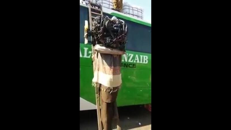 Один пакистанец заменяет подъемный кран