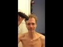 Даг Джонс сбривает свои волосы для Сару.