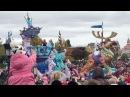 Рита Марсо Успели на конец парада диснеевских героев. Бэлла в розовой куртке и белой шапке с мики маусами у папы на шее