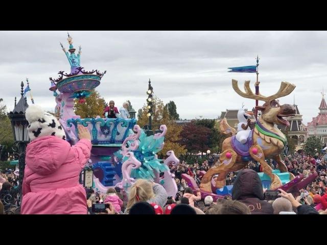 Рита Марсо: Успели на конец парада диснеевских героев. Бэлла (в розовой куртке и белой шапке с мики маусами у папы на шее)