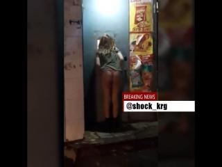 Девушка в стрингах у магазина