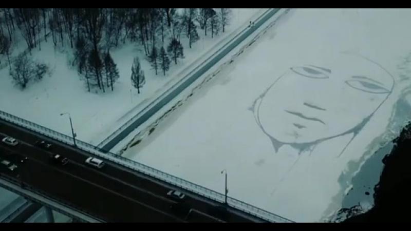 Огромное лицо на льду Камы коммунальный мост Перми