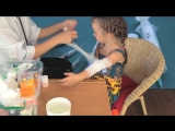 Дети играют в доктора - Спасает пациентку после аварии. Травма руки. КУЧА КРОВИ.