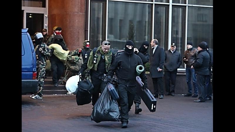 Выход гомо-сектора из осаждённого спецназом ВВ МВД отеля Днепр в Киеве