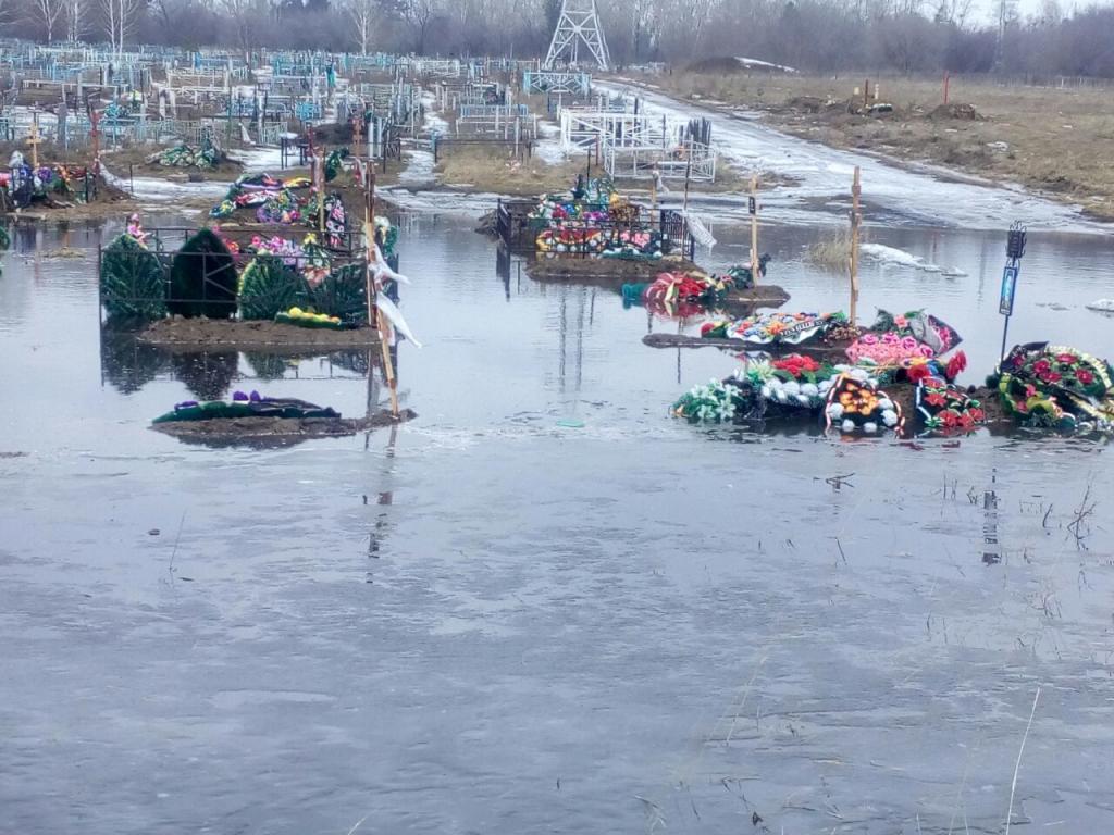 XH7YuTzycjU - Власти Белово прокомментировали ситуацию с затопленным кладбищем В Кузбассе рассказали