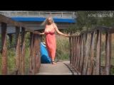 блондинка с большими натуральными сиськами гуляет на публике