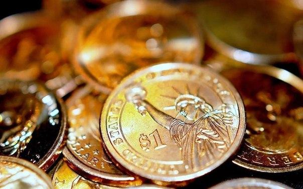 Возьмите монету любого достоинства и наговорите на нее такие слова: «Как много грязи в болоте, рыбы в воде, так и много богатства мне. Месяц, расти-нарастай, а мне, (имя), богатство дай. Аминь. Аминь. Аминь».