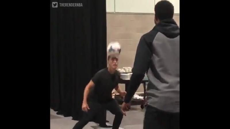 Пол Джордж подержал футбольный мяч в воздухе вместе со Стивом Нэшем