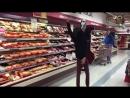 Парень круто танцует с головой манекена на голове в магазине! ЖЕСТЬ! УГАР.mp4
