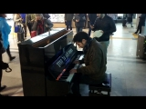 Пианист играет музыку из