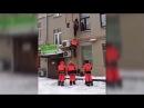 Дворники сорвались с высоты третьего этажа поднимаясь на крышу убирать снег