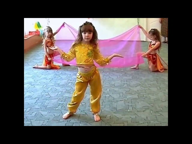 Детский танец восточных красавиц. Танцуют детсадовцы.