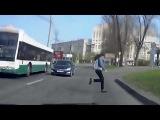 Глупость и опасность такого поведения пешеходов на дороге