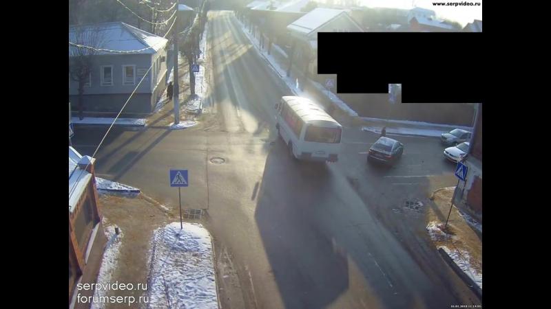 В Серпухове таксист прозевал знак уступи дорогу и попал в ДТП (16.01.18)