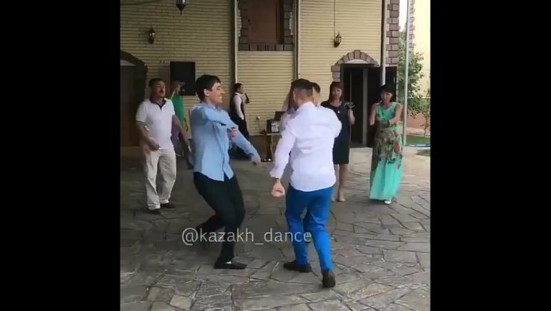 парни танцую классно