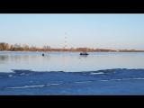 Мальчишки катаются на льдине