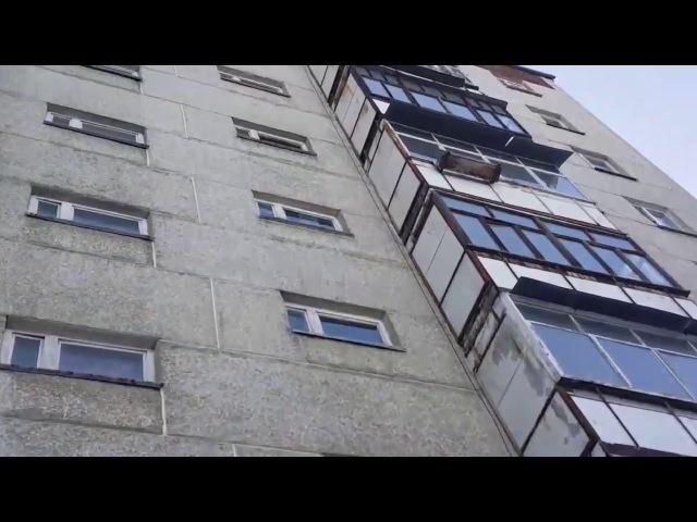 Мужчина выпал из окна в Екатеринбурге. Труп лежал у подъезда несколько часов