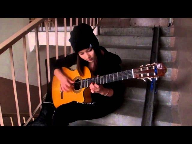 Девушка очень красиво играет на гитаре испанку