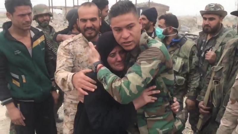 Сирийский солдат встретил свою мать через 7 лет ...