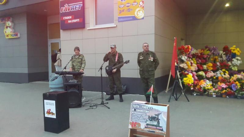 Россияне агитируют за единство русского народа на улицах Минска