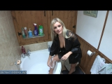 Сисястая блондинка бреет ноги в ванной перед сексом с любовником
