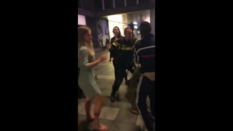 Нидерландская полиция укладывает защитницу марокканца Драка