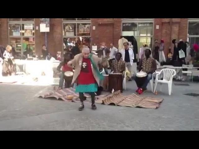 Совсем меня заворожил танец бабушки-бомжа